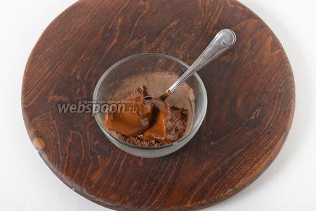 Растереть какао и сахар (по 1 столовой ложке). Добавить 100 грамм сгущёнки, перемешать.