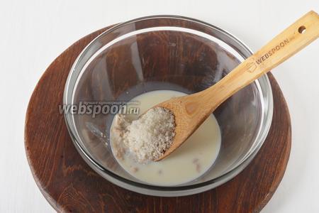 200  миллилитров тёплого молока (37°С) соединить с сахаром (2 ст. л.), раскрошенными дрожжами (15 грамм) и тщательно перемешать.