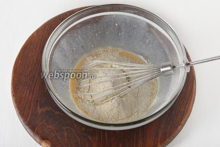 Вмешать 430 грамм просеянной муки, а в конце — подсолнечное масло (4 ст. л.).