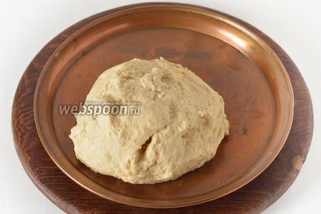 Замесить мягкое, слегка липнущее тесто, накрыть влажным полотенцем и оставить в тёплом месте на 1,5 часа.