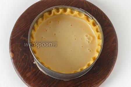 Вылить начинку в форму. Начинка должна быть ниже бортиков из теста на 1-1,5 сантиметра, так как во время выпекания начинка подрастёт.
