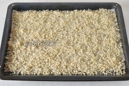 Выложить крошки тонким слоем на противень с пергаментом. Сушить в духовке при минимальной температуре (у меня 50°С) и слегка приоткрытой дверце, периодически помешивая.