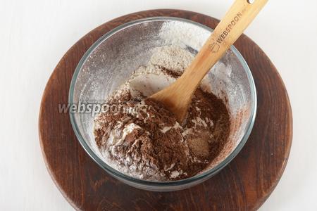 Соединить просеянную муку (210 грамм), 2 ч. л. разрыхлителя, 3 ч. л. специй для пряников, 1 столовую ложку какао. Тщательно перемешать.