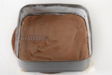 Форму размером 25х25 сантиметров смазать сливочным маслом (1 ст. л.) и посыпать мукой (1 ст. л.).  Выложить тесто в форму и разровнять.