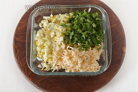 3 яйца отварить вкрутую, очистить и нарезать мелкими кубиками. 100 грамм сыра натереть на крупной тёрке. Петрушку (половину 1 пучка) мелко нарубить. Соединить яйца, петрушку, сыр и перемешать. Разделить начинку на 6 частей.