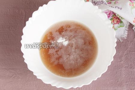 Добавить в кисельный отвар сахарный песок (1 ст. л.), ванилин на кончике ножа, пищевую соду (1/3 ч. л.), 1 щепотку соли.