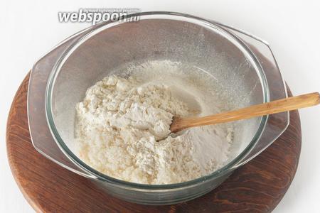 Дважды просеять 5 столовых ложек муки, разрыхлитель 1 ч. л., сухое молоко 5 ст. л. Добавить 5 столовых ложек сахара. Перемешать.