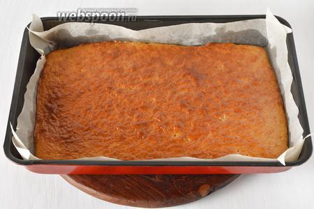 Выложить форму с тестом в холодную (это ВАЖНО!) духовку, выставить температуру 180°С и готовить до золотистого верха и сухой лучинки. Время выпекания очень зависит от толщины коржа и колеблется от 7 до 30 минут. У меня ушло для такого размера формы 20 минут. Таких коржей для торта нам надо будет приготовить 2 штуки. Помните, что второй корж тоже следует выкладывать в холодную духовку, поэтому остудите её перед приготовлением следующей порции теста.