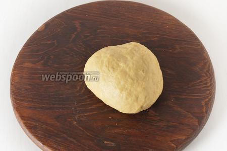 Замесить мягкое тесто, завернуть в пищевую плёнку и оставить на 30 минут.
