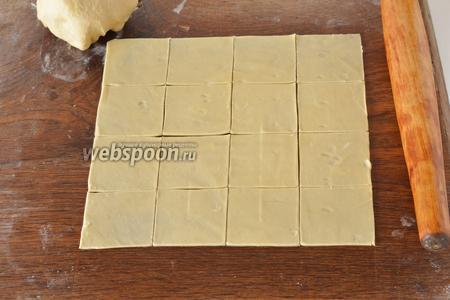 Раскатать тесто очень тонко (как только можно). Разрезать его квадратами размером 5х5 сантиметров.