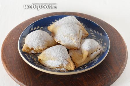 Готовое печенье щедро посыпать сахарной пудрой по вкусу.