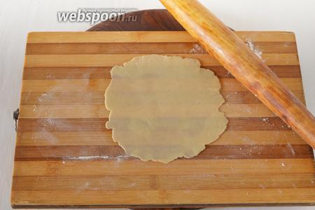 На подпылённой мукой доске очень тонко раскатать тесто (до полупрозрачного состояния).