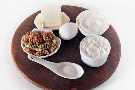 Для работы нам понадобится яйцо, мука, сахар, грецкие орехи, сливочное масло, соль, разрыхлитель.