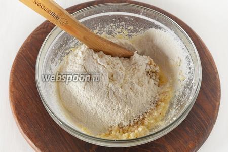 Подмешать просеянную с разрыхлителем (1 ч. л.) муку (180 грамм).