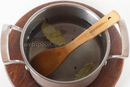 1 литр воды соединить с солью 30 грамм, сахаром (1 ч. л.), 2 лавровыми листиками, перцами горошком (7 штучек), очищенными зубчиками чеснока (6 зубцов). Довести до кипения и полностью остудить.