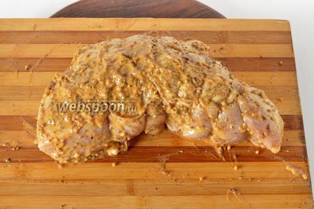 Вынуть мясо и тщательно обтереть от маринада. Соединить 2 столовых ложки мёда, 2 вида горчицы (2 толовых ложки дижонской и 1 ложка обычной), подсолнечное масло (2 ст. л.) и этой смесью тщательно натереть мясо со всех сторон. Обвязать мясо, формируя плотный кусок.