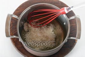 В жаропрочной посуде соединить 2 белка с сахаром (120 грамм).