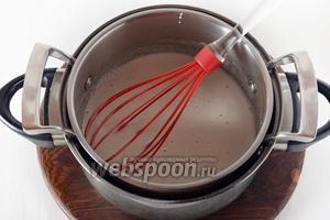 Отправить посуду с белками на водяную баню и, постоянно помешивая и очень слегка взбивая, довести смесь до полного растворения сахара. Готовность смеси можно проверить термометром (её температура должна соответствовать 60°С) или растереть смесь между пальцами. Крупинок сахара при растирании не должно ощущаться.