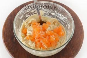 4 мандарина почистить, удалить плёнки и косточки. Мякоть нарезать кусочками и аккуратно вмешать в тесто.