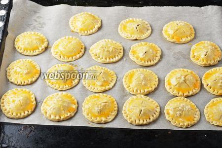 Сверху смазать каждый пирожок 1 разболтанным яйцом и посыпать небольшим количеством сахара (2 ст. л.).