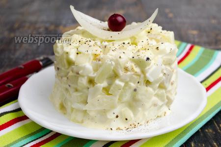 Луковый салат с яблоком