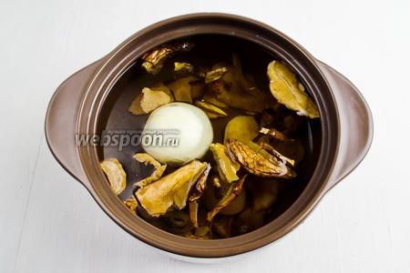 Подготовленные грибы залить холодной водой (2000 мл), добавить целую очищенную луковицу (1 штуку). Варить грибы в течение 30 минут на среднем огне.