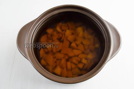 Залить подготовленный картофель горячим грибным бульоном (2000 мл). Поставить варить картофель на среднем огне до мягкости.