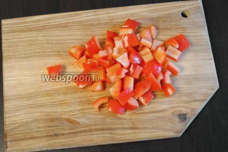 Болгарский перец (1 половинку) нарезать небольшими кубиками.