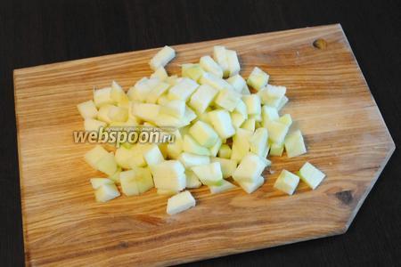 На кубики, такого же размера, порезать 1 очищенное зелёное яблоко.