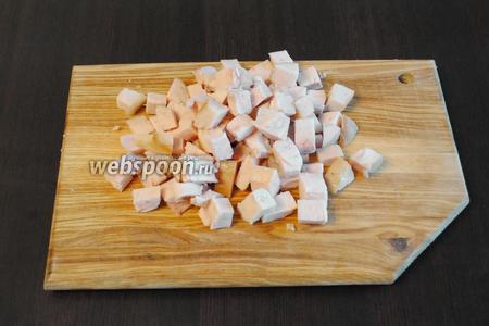 Куриную грудку (100 г) освободить от кожи и лишнего жира, порезать.