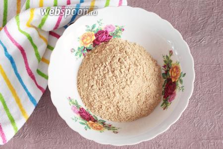 Муку пшеничную (1 стакан) просеять и обжарить до красивого румяного цвета на сухой сковороде.