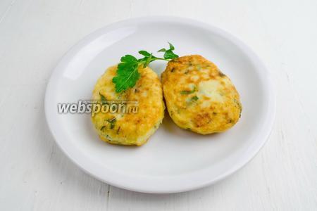 Подавать картофельные оладьи с сыром к салату из свежих овощей, сметанным соусом.