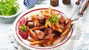 Фото рецепта Жареная картошка с сосисками на сковороде
