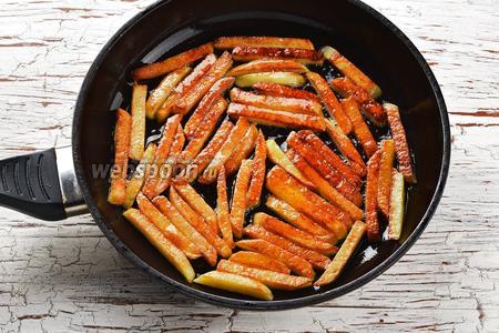 Дальше, несколькими ловкими и уверенными движениями, с помощью широкой лопатки, переверните бруски картофеля на другую сторону. Оставьте картофель ещё на 3-4 минуты, пока он не поджарится и с другой стороны до золотистого цвета. Крышкой сковороду не закрывать! Картофель не мешать!