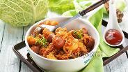 Фото рецепта Тушёная капуста с картошкой и сосисками на сковороде