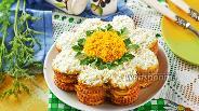 Фото рецепта Торт-салат из крекеров с консервой