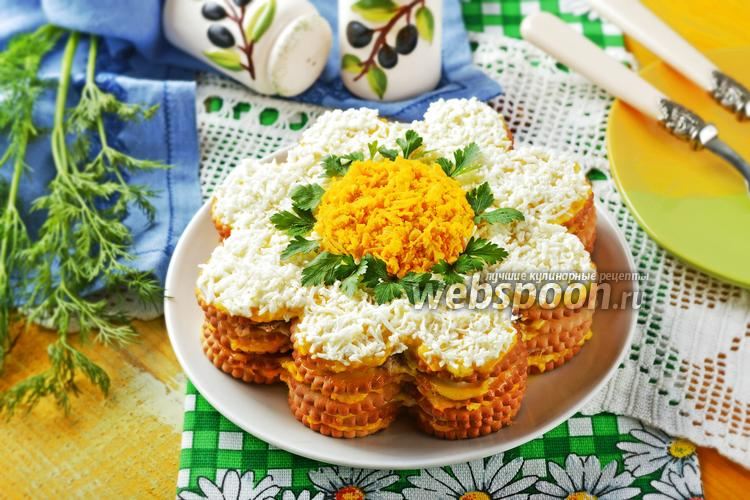 Фото Торт-салат из крекеров с консервой