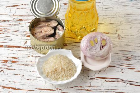 Для работы нам понадобятся рыбные консервы, рис, подсолнечное масло, репчатый лук.