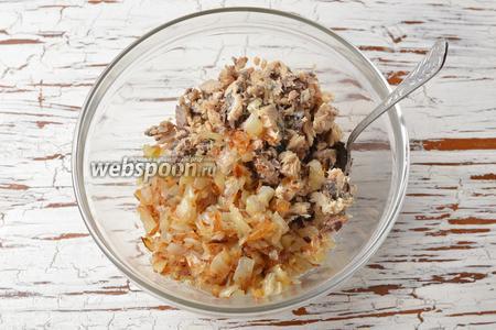 С консервов (240 г) слить масло, рыбу размять вилкой. Соединить рыбу, рис, подготовленный лук. Перемешать.
