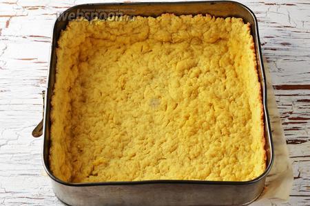 Часто поколоть тесто вилкой (на дне). Отправить форму с тестом в предварительно разогретую до 180°С духовку на 12-15 минут, для лёгкого подпекания основы. Вынуть форму из духовки. Охладить.
