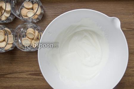 Добавить сахарную пудру (70 грамм) и взбить миксером. Подготовить стаканы для десерта (у меня стакан 250 мл).