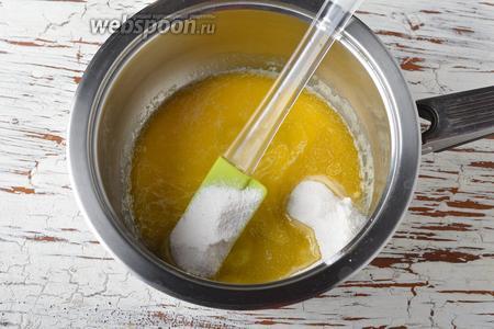 Снять сотейник с огня и добавить к маслу сахарную пудру 3 ст. л. и 1 ст. л. молока.