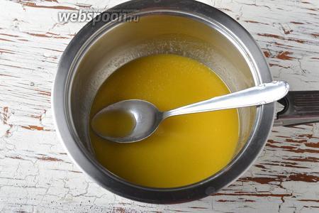 Активно мешать смесь ложкой, пока сахарная пудра полностью не растворится.