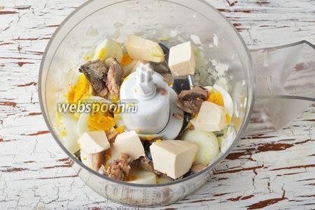 Добавить к луку рыбу (из 1 банки, без жидкости), нарезанные варёные яйца (3 штуки), 100 г плавленого сыра, 2 ст. л. майонеза.
