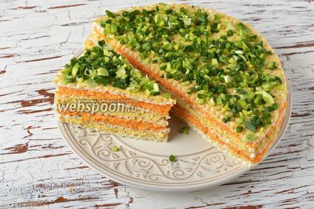 Сверху смазать торт отставленной массой из рыбных консервов (2 ст. л.) и щедро украсить  мелко нарезанным зелёным луком (0,5 пучка). Оставить торт на 15 минут, а затем нарезать на порции и можно подавать.