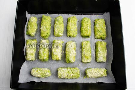 Сформировать из фарша котлетки, обвалять их в муке (1 ст. л.). Разложить на смазанном маслом (2 ст. л.)  листе. Поставить в горячую духовку. Запекать их в течение 30 минут при температуре 180°C.