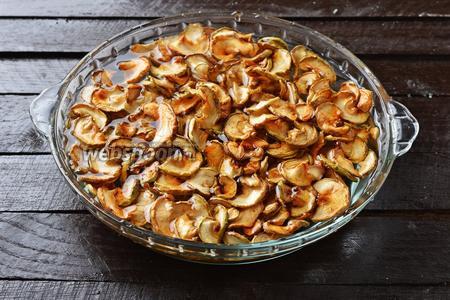 300 грамм яблок промыть в холодной воде.