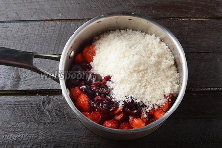 Соединить подготовленную клубнику, вишню и 400 г сахара. Аккуратно перемешать. Оставить на 30-45 минут для того, чтобы ягоды пустили сок.