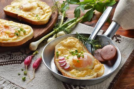 Яичница в хлебе на сковороде с колбасой и сыром