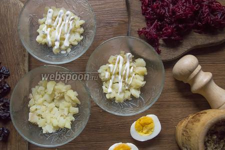 Выкладываем первый слой: картофель, сверху чуть майонеза.